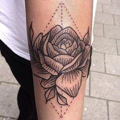 Susanne König, Suflanda, tatua apenas com tinta preta e capricha no pontilhismo (dotwork), cria traços finos e um estilo único perfeito na pele.