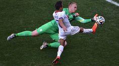 CASI. El delantero de Chile Alexis Sanchez trata de convertir frente al arquero de Holanda Jasper Cillessen. (AFP PHOTO/ GABRIEL BOUYS)