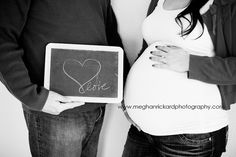 Sweet maternity photo session idea using a chalkboard as a prop! ♡ Pregnancy | Pose Ideas | Photography | Baby