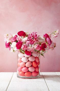 These Easy Easter Flower Arrangements Will Make You Look Like a Pro Welcome Easter with this colorful mix of tulips. This arrangement will surely be the center of attention at your Easter dinner table. Easter Flower Arrangements, Easter Flowers, Beautiful Flower Arrangements, Spring Flowers, Beautiful Flowers, Blue Flowers, Floral Arrangements, Diy Osterschmuck, Easy Diy