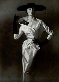 Couture Allure Vintage Fashion: Nina Ricci Dinner Dress - 1953 by mavis Fifties Fashion, Retro Fashion, Fashion Vintage, Fashion Glamour, Classic Fashion, Punk Fashion, Victorian Fashion, Timeless Fashion, Vintage Dresses