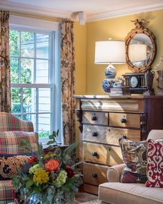 To keep a room fresh, update your accent lamps. To keep a room fresh, update your accent lamps. My Living Room, Home And Living, Living Room Decor, Dining Room, Cottage Living Rooms, Living Area, English Country Decor, French Country, English Cottage Decorating