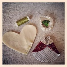 Fold collar for the robes and stitch together in the middle. Sew 2 heart shape of felt with running stitch to make angel's wings. For the head make yo-yo and fill it with felt and cardboard.