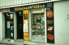 Gatebilde. Butikklokale med reklame for Tiedemanns Tobak