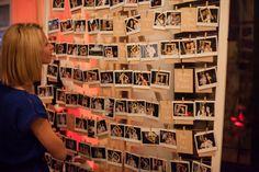 La bonne idée  post-photobooth ? Un panneau photo, gigantesque cadre sur pied avec de la ficelle ou étaient accrochés des petits cartons aux noms des invités. Chacun d'eux venaient y accrocher leur polaroid: à la fin de la soirée, un super souvenir pour les mariés  !