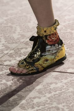 Dolce & Gabbana at Milan Fashion Week Spring 2019 - Details Runway Photos Pink Fashion, Fashion Pants, Urban Fashion, Sneakers Fashion, Fashion Shoes, Womens Fashion, 50 Fashion, Fashion 2018, Fashion Fall