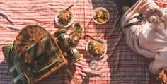 Proper Picnic Planning Guide: Picnic Recipes, Al Fresco Etiquette and the Best Gear Picnic Images, Picnic Pictures, Cheap Date Ideas, Old Sheets, Picnic Spot, Night Picnic, Picnic Style, Summer Picnic, Outdoor Food