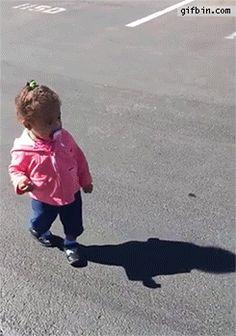 Klar kann man jetzt darüber lachen, wie sich diese junge Dame vor ihrem eigenen Schatten erschrickt:   Stellt sich raus: Es ist total befreiend, über Kinder zu lachen