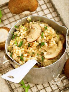 Il Risotto agli champignon e rucola è apprezzatissimo da tutti perché è un piatto saporito e cremoso, dal gusto irresistibilmente avvolgente.