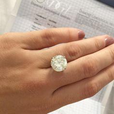 Aquele momento em que tamanho faz SIM toda a diferença...  Diamante de 67ct com certificado [Cor J] #diamondring #opedido #proposal #jewelryaddict #jewellery #ring
