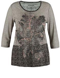 Dit modieuze shirt toont met vloeiende blouses kwaliteit en herfstbladeren afdrukken op de voorkant. Casual gesneden met ronde hals en 3/4 mouwen. Mou...
