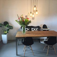 Gietvloer | interieur zwart wit  Normann Copenhagen lamp
