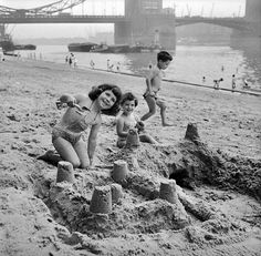 Children building sandcastles on Tower Beach, an artificial beach near Tower Bridge on the River Thames, London, August Get premium, high resolution news photos at Getty Images London Pride, Old London, River Thames, Tower Bridge, Vintage Photos, Nostalgia, England, History, Couple Photos