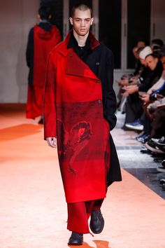 The complete Yohji Yamamoto Fall 2018 Menswear fashion show now on Vogue Runway.