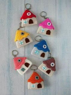 Keychain amigurumi little house by Lanukas on Etsy Thinking of this but create a temple pattern instead. amigurmi-little-haus-schlüsselanhänger - Diy für Baby So browse this big collection containing 62 DIY crochet key chain ideas with a variety of des Crochet Amigurumi, Amigurumi Patterns, Crochet Dolls, Crochet Patterns, Amigurumi Doll, Crochet Ideas, Crochet Gifts, Cute Crochet, Crochet Keychain Pattern