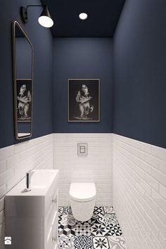 Gäste WC, Boden gemusterte Fliesen, schwarz weiß, Metrofliesen halbhoch umlaufend, blaue Wandfarbe,