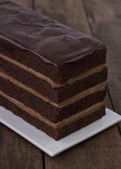 Layered chocolate cake with chocolate icing Köstliche Desserts, Chocolate Desserts, Delicious Desserts, Yummy Food, Chocolate Cake, Chocolate Lovers, Food Cakes, Cupcake Cakes, Cupcakes