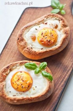 Ivka w kuchni - przepisy i fotografia : Jajko zapiekane w bułce, z boczkiem, serem żółtym i cebulą