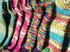Våren er tiden hvor sokkene krymper, dvs det er nesten ingen som IKKJE bruker ankelsokker! Eg og bruker det, men mine er i ull! Fant aldri noen som var skikkelig gode av de man kunne kjøpe og eg syns det var kaldt med de der tynne hvite så eg laget meg min egen oppskrift og strikket ei bunke med Knitting Socks, Free Knitting, Knitting Patterns, Big Knits, Leg Warmers, Plaid Scarf, Diy And Crafts, Slippers, Accessories