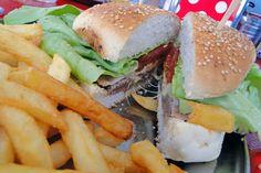 Chivito, o sanduba nascido no Uruguai , pão de hambúrguer e leve um bife bem fininho feito na chapa, queijo, tomate, alface, ovo e presunto