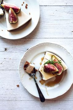 {Gluten-free cheesecake with fresh figs and honey.}
