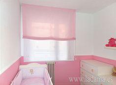 Estores paqueto en blanco y rosa para dormitorio de bebé.