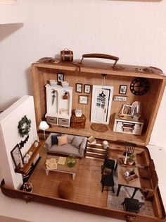 Suitcase dollhouse made by pattt Miniature Rooms, Miniature Crafts, Miniature Houses, Doll Furniture, Dollhouse Furniture, Diy Dollhouse, Dollhouse Miniatures, Doll House Plans, Mini Doll House