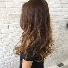 Gorgeous sun-kissed strands in natural tones create depth and dimension. Balayage highlights.