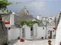 Sejournez au Trulli Holiday Hotel, Alberobello en Italie. La ville est connue pour ses « trullis », des maisons en toits de chaume de formes coniques classées au patrimoine mondial de l'UNESCO.  Prix à partir de 49,67€