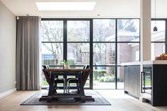 Een mooi voorbeeld wat een pui met glas kan doen. Ook mogelijk bij Simply Steel met slank stalen pui. Verbouwing en uitbouw jaren 30-woning door Bob Romijnders Architectuur + Interieur. #verbouwen #stalenpui #simplysteel