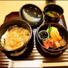 観光先で食べる食事って迷いますよね。京都駅周辺には和洋中、フレンチから多国籍料理など多種多様なお店が勢揃い。いろいろなガイドブックで「ランチで行列ができるお店」や「デートにおすすめのお店」などたくさん取り上げられています。その中でも地元女子(ジモジョ)がおすすめめする、京都駅周辺の人気のランチスポットをご紹介します。