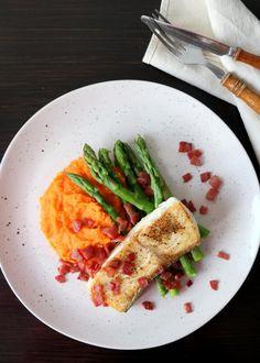Kveite med søtpotet- og gulrotpurè, asparges og bacon Halloumi, Frisk, Food And Drink, Mexican, Bacon, Ethnic Recipes, Pork Belly