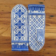 Inspired by the Delft pottery of the Netherlands, these mittens pop in bright blue on white.