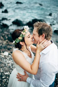 wedding kiss on the beach @weddingchicks