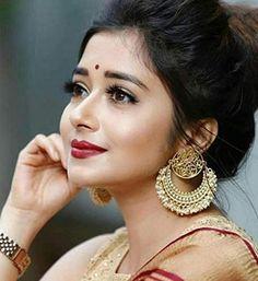 Chaandbali earing designs that gives a stunning look! Tina Dutta, Bridal Hair Buns, Indian Earrings, Indian Jewelry, Silver Jewelry, Jewelry Design Earrings, Most Beautiful Indian Actress, Beautiful Actresses, Girl Photography Poses