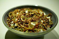 Nem toda salada pode ser servida morna. Esta fica deliciosa em qualquer temperatura. Quentinha, é ideal para o inverno.