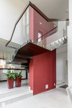NOWOCZESNE SCHODY DYWANOWE Z SZKLANĄ BALUSTRADĄ - zdjęcie od schody-dywanowe.com - Schody - Styl Nowoczesny - schody-dywanowe.com