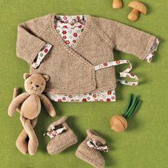 Cache-coeur, brassière et chaussons en tricot ou cousus en tissu à motifs enfantins