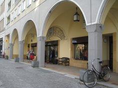Postmoderne Plattenbau mit Arkaden, Nikolaiviertel