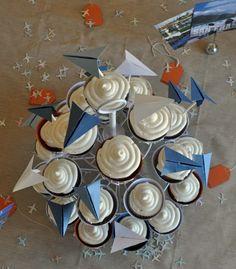 Toren van cupcakes met verhuisvliegtuigjes erboven!