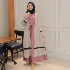 Jb GAMIS MEGA MAXY PR001 Cocok sekali buat dipakai sehari-hari. Baju ini khusus buat kalian yang cantik Harga 103.000 diskon Bahan : moshcrepe,aplikasi renda ,model nyatu  Ukuran : all size fit to L  Informasi dan pemesanan hubungi kami SMS/WA +628129936504 atau www.ummigallery.com  Happy shopping Casual Hijab Outfit, Ootd Hijab, Muslim Women Fashion, Womens Fashion, Niqab Fashion, Duster Coat, Model, Outfits, Clothes