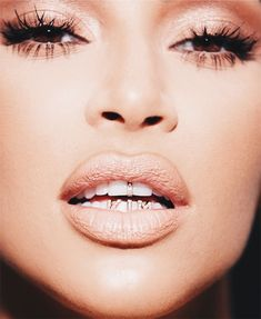 Kim Kardashian flaunts new name tag grills to promote KKW Beauty - Name tag! Kim Kardashian flaunted new name tag grills as she promoted latest KKW Beauty collection - Diamond Grillz, Diamond Teeth, Grillz Gold, Robert Kardashian, Kim Kardashian Grill, Kardashian Style, Kardashian Jenner, Kardashian Family, Kylie Jenner