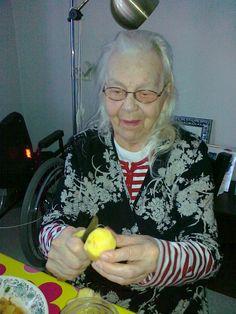 Tunti perunankuorimista vaikuttaa enemmän kuin kolme tuntia fysioterapiaa. Puukko pysyy kokeneen leidin käsissä. Investointina peruna ei ole kovin iso. Noin kaksi senttiä. Terveisin Elsa, 93.