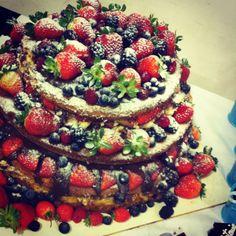 Naked Cake de frutas vermelhas com recheio de baba de moça com brigadeiro de chocolate belga