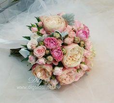 Bouquet da sposa, composto con rose inglesi e roselline a grappolo. La forma del bouquet è semisferico, con …