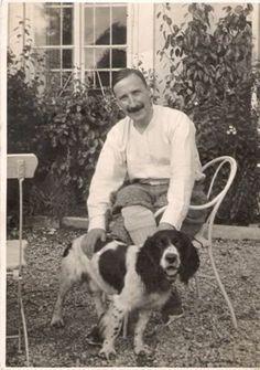 Stefan Zweig an Austrian writer, and his dog Book Writer, Book Authors, Michel De Montaigne, Stefan Zweig, World Literature, Writers And Poets, People Of Interest, Sigmund Freud, High Art