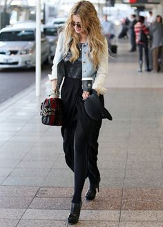 formula for a day of shopping: favorite t-shirt + jean jacket + long skirt + easy-to-remove bootie + cross-body bag! Fashion 101, Boho Fashion, Winter Fashion, Fashion Outfits, Womens Fashion, Street Chic, Street Style, Beautiful Maxi Dresses, Style Me
