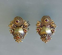 EARRINGS FROM SOUTH INDIA Size: 3,6 cm high 33,8 grams Region: Karnataka, South India Type: gili ole Age/Period: 19th century Material: Gold, Lac, Rubies, Glass, Pearl