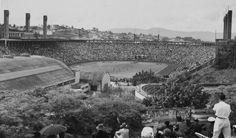 Estádio do Pacaembu lotado, em 1979. Foto panorâmica em preto-e-branco.