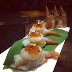 Sushi -- Looks like Amaebi and scallop with salmon roe on top. this has my dad's name written all over it! Sushi Co, Sashimi Sushi, Salmon Sashimi, Sushi Platter, Japanese Sushi, Sushi Recipes, Food Presentation, Food Plating, Asian